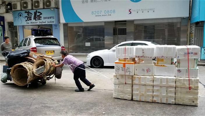 在街上見到老婆婆推爛嘢去賣的奇景,誰去幫她?