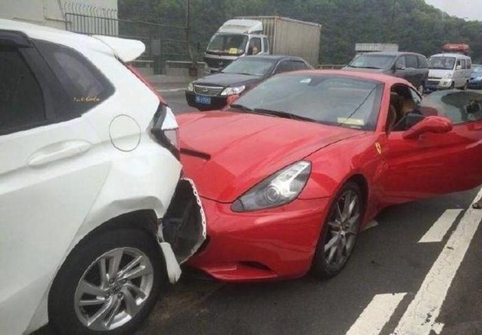 Ferrari merah tabrak Honda putih
