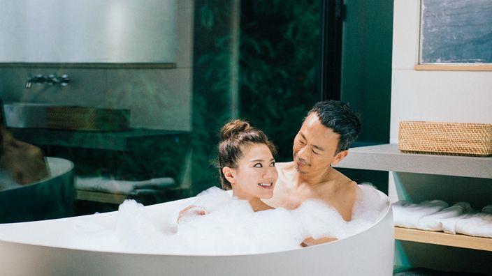 鄭丹瑞與周秀娜上演鴛鴦泡泡浴。