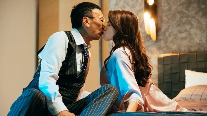 鄭丹瑞與周秀娜蜻蜓點水kiss。