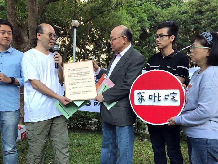 胡國興(右三)到場接收居民的請願信。