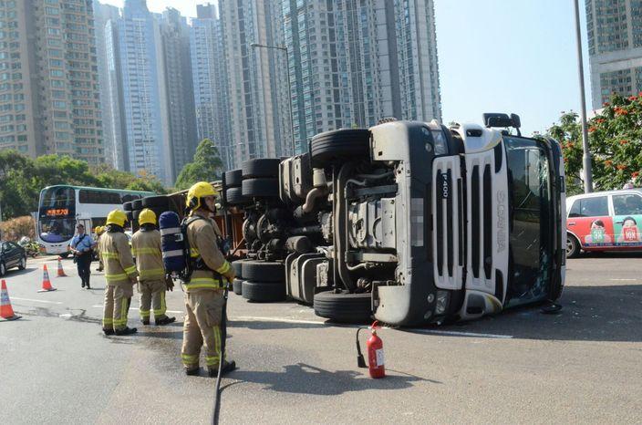 消防員開喉戒備。
