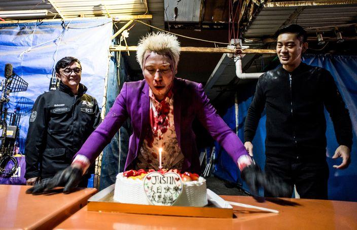 《反黑》劇組準備生日蛋糕為張建聲慶生。