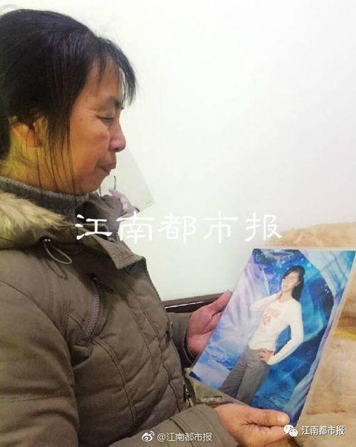 胡晨輝母親看著愛女照片(網上圖片)
