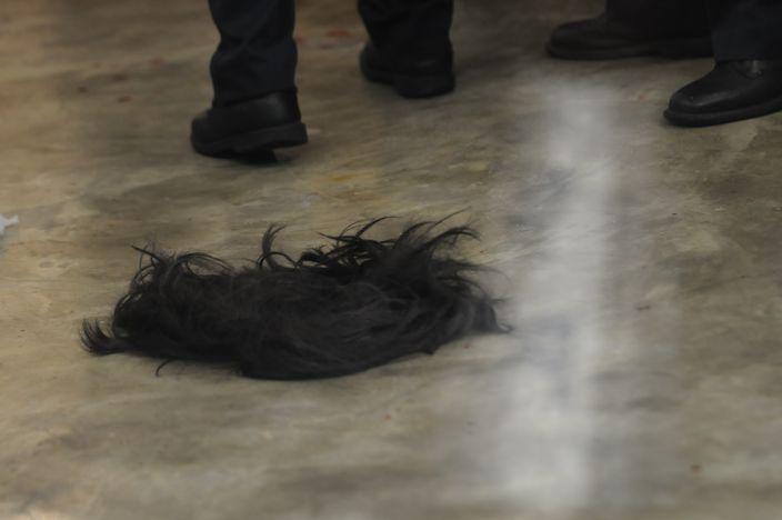 姓李疑犯慌亂棄下假髮和高跟鞋逃走。(資料圖片)