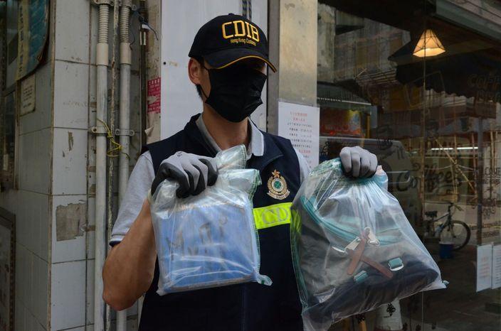 海關人員在女子攜帶的背囊內,檢獲約一公斤懷疑可卡因,市值約102萬。