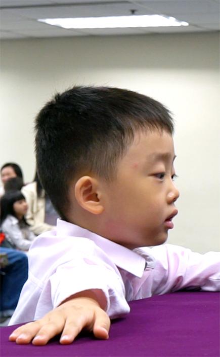 四歲的陳岷鍵比賽時十分專心,中英文生字都難不到他