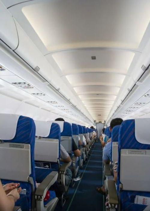 兩人在經濟航坐上其他空座被航警趕落機(網上圖片)