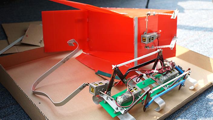 何文田官立中學的同學們為機械人加設「鋁條」,方便摘取更多平安包