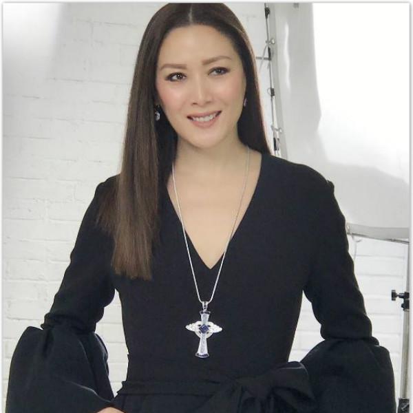 琦琦在社交網站上分享自己戴上自家設計珠寶的照片(網上圖片)