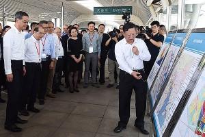 梁振英率眾司局長參觀南沙慶盛交通樞紐。