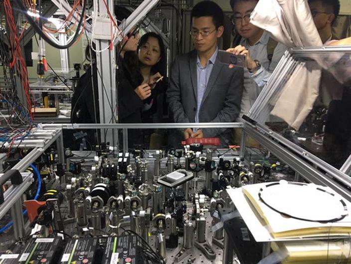 量子計算機原型機展示(網上圖片)