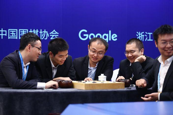 五位中國圍棋世界冠軍組成一個團隊與AlphaGo對弈。(Google Deepmind官方圖片)