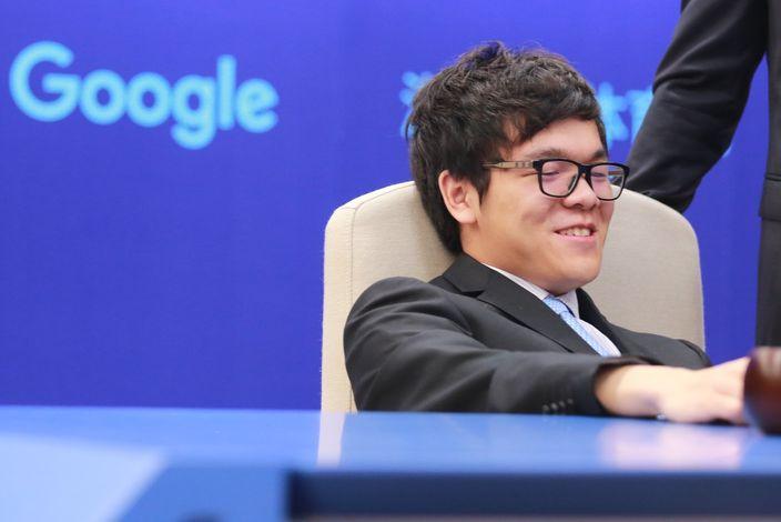 柯潔在首局中模仿AlphaGo採用點三三開局。(Google Deepmind官方圖片)