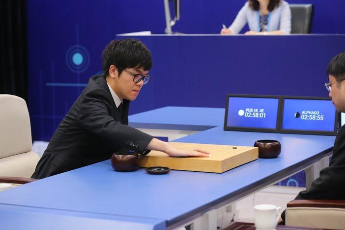 柯潔成為首位Deepmind團隊的合作者,一起分析他與AlphaGo對局。(Google Deepmind官方圖片)