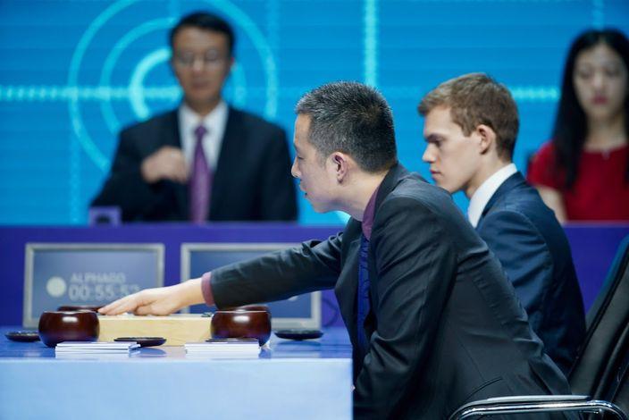 兩位頂尖棋手與AlphaGo分別配對進行配對賽。(Google Deepmind官方圖片)