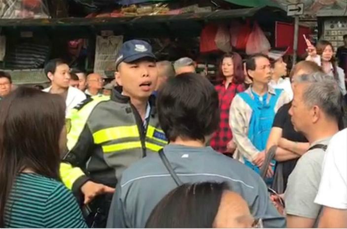 圖:警察被人當作出氣袋