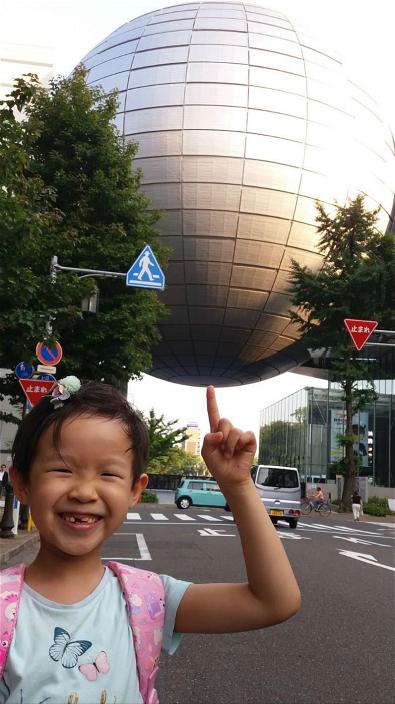 图:小女搞笑地托起巨球