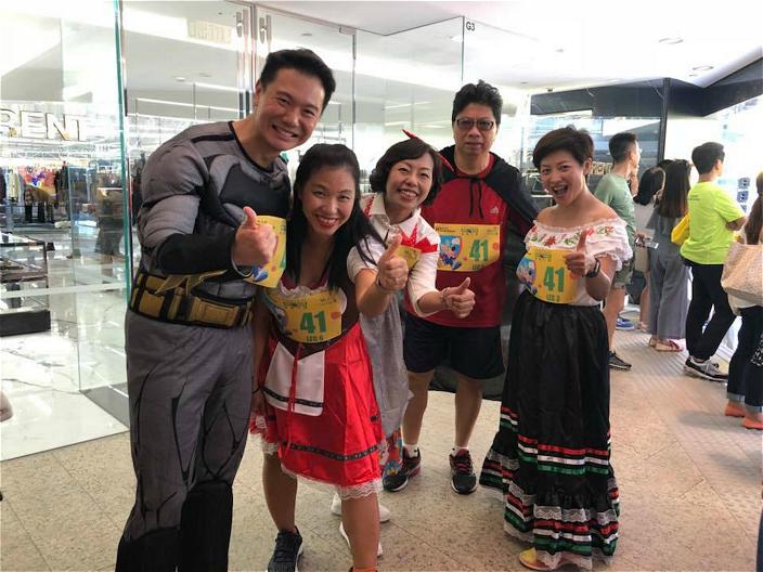 鼎鼎(左1)的Batman look為博阿仔一笑,麥美娟(中)則作西方淑女打扮。