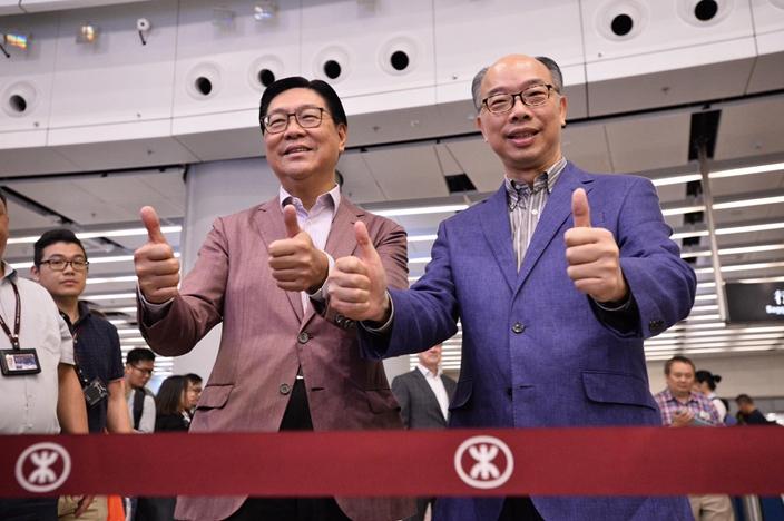 陳帆(右)今早再現身主持高鐵營運儀式,旁為港鐵主席馬時亨(左)