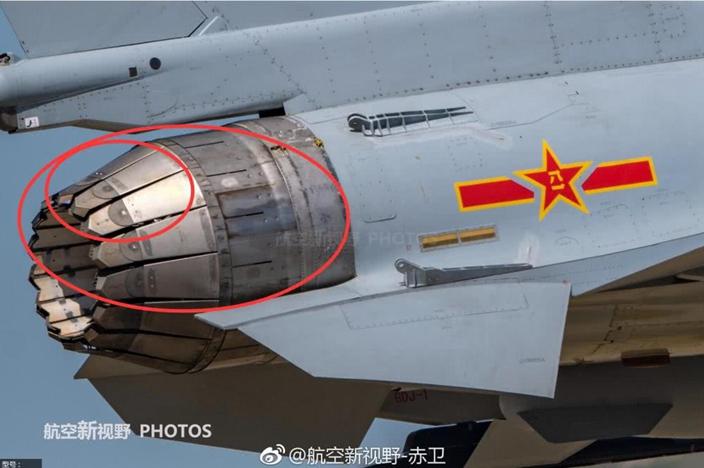 小红圈中的是中国歼10B推力矢量设计,大红圈中的是俄罗斯苏35设计师思路,差距很大。(网上图片)