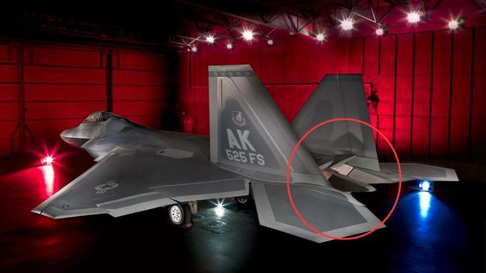 F22隐形战机采用先进二元推力矢量设计,不过谁都不敢跟进,因为增重实在太多,推力损失太大。(网上图片)