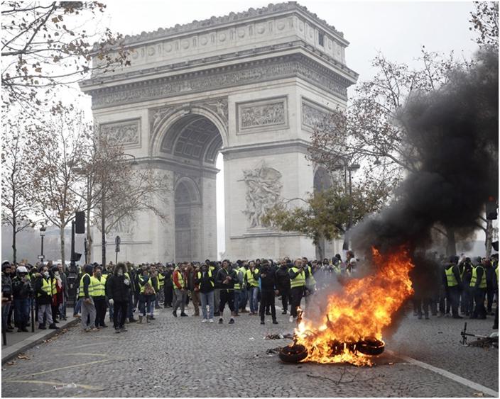 圖:黃背心示威者到處搶掠放火。