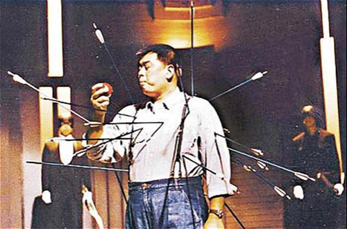 图:香港苹果日报创刊时,黎智英拍的中箭广告。