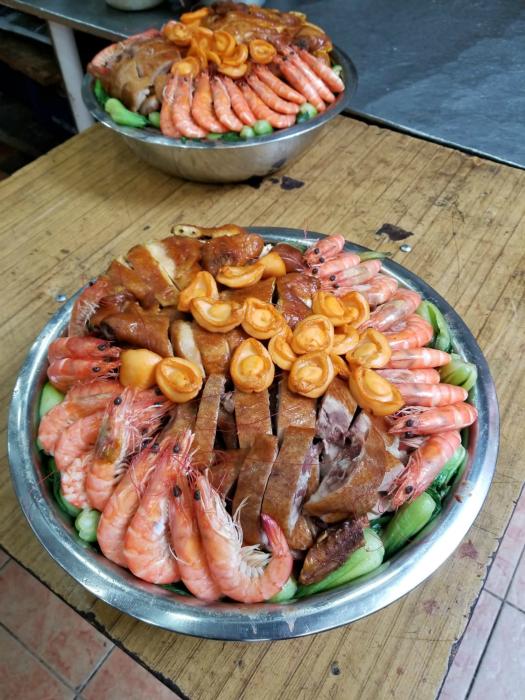 图:壹千二百元的盘菜,四人可吃四餐。