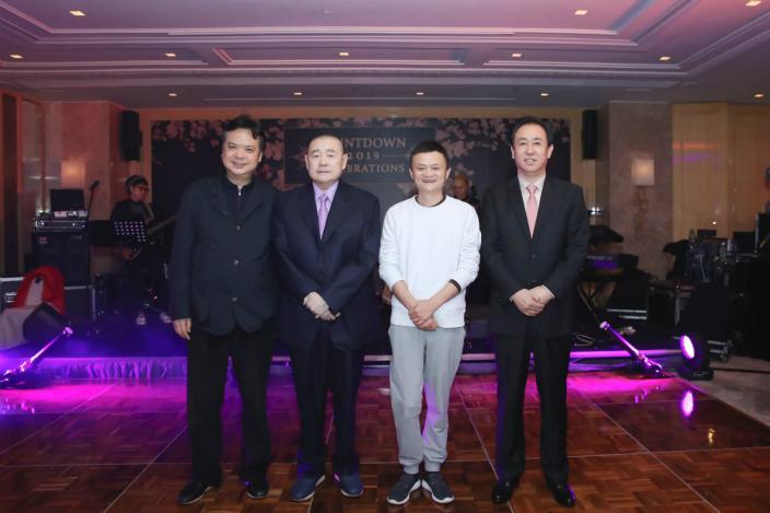 中渝置地主席张松桥(左1)、华人置业(0127)前主席刘銮雄(左2)、中国恒大主席许家印(右1)及阿里巴巴主席马云(右2)一齐在香港出席新年倒数派对。