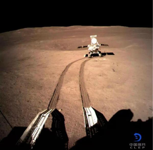 玉兔二號月球車從嫦娥四號著陸器駛下月球地面。由「嫦娥四號」著陸器地形地貌相機拍到玉兔二號的「全身相」。