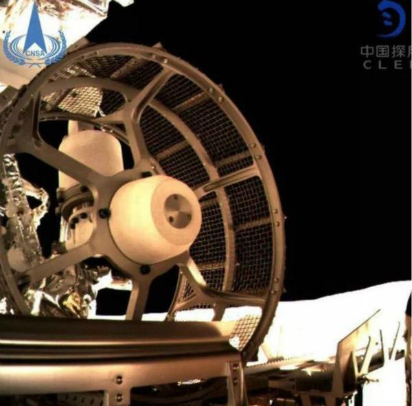 嫦娥四號著陸器停在月球背部地面。