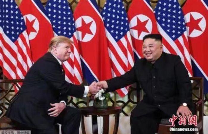 雙方友善握手。