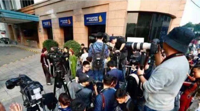 會場外聚集大量記者。