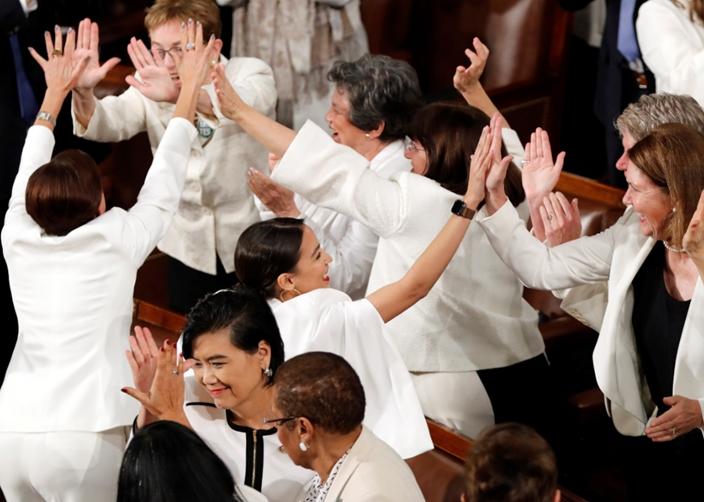 白衣女議員互相擊掌。AP圖片