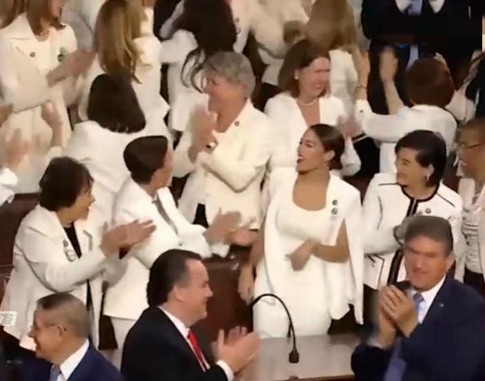 白衣女議員互相擊掌。網上影片截圖