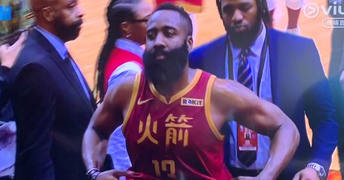 哈登穿上中文球衣比賽。(ViuTV影片截圖)