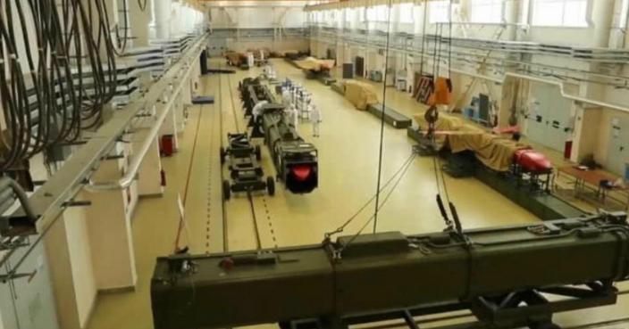 在軍工廠中的「雨燕」導彈。