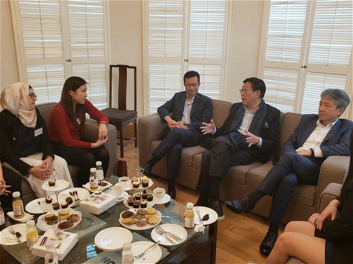 香港教育大學校長張仁良在宿舍與11名賽馬會獎學金得獎人茶聚