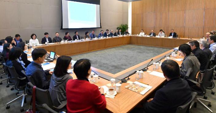 林郑在社交媒体贴出和司、局长举行集思会的照片。