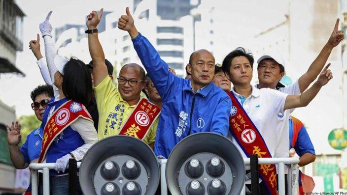 韓國瑜(中)在選舉後仍保持高人氣。AP圖片