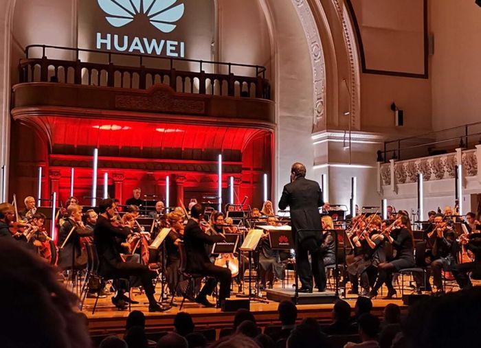 華為用AI手機完成舒伯特的《Unfinished 》交響曲,日前在英國卡杜甘音樂廳首演。