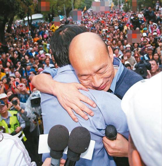 高雄市長韓國瑜(右)三度到台南為國民黨候選人謝龍介站台助選,最後還送上大擁抱。(圖片來源:台灣《聯合報》)