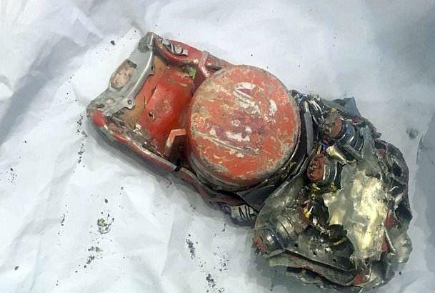 图:失事埃航客机的其中一个黑盒照片。