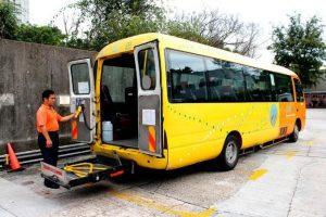 专门接载伤残人士的巴士,供不应求。
