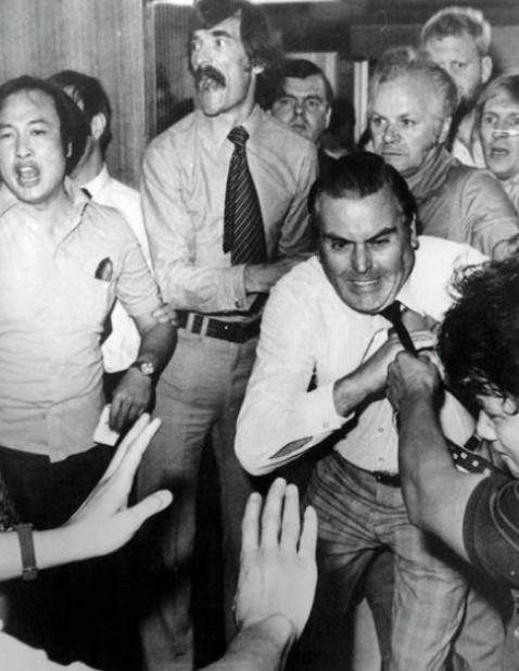 1977年警廉衝突,一名在廉署示威的警察,企圖把當時的廉署副執行處長夏烈(被扯領帶者)拉出來 。
