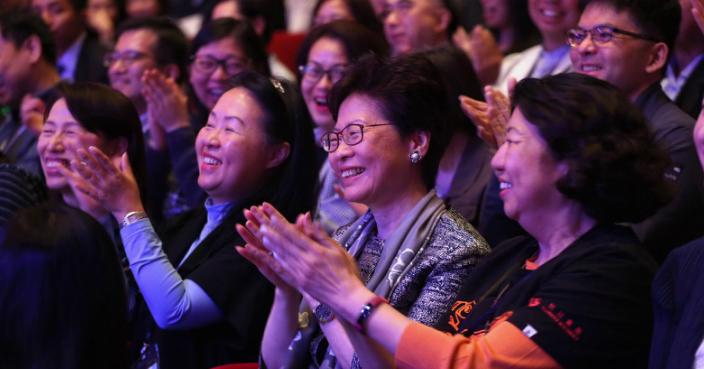 林鄭(右2)和社會福利署署長葉文娟(左1)到場支持。