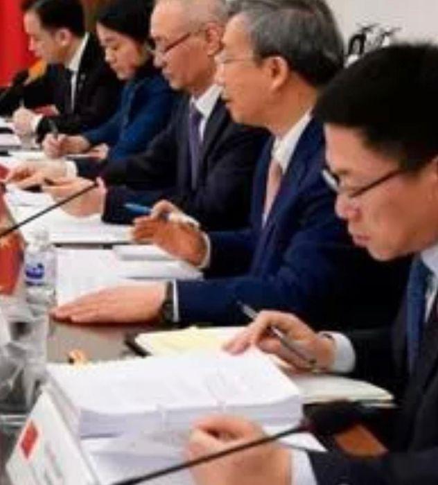 會議照片顯示雙方進入最後的協議文本逐字談判。