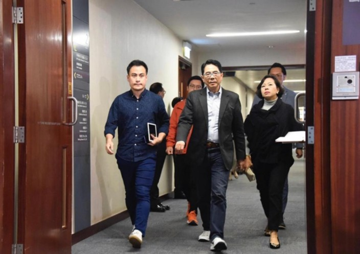 郭偉強(左1)認為自己做的事適當,不會收回言論。