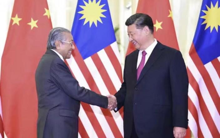 国家主席习近平在北京人民大会堂会见马来西亚总理马哈蒂尔。 新华社图片